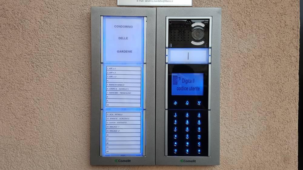 Impianto videocitofonico alfanumerico digitale comelit for Videocitofono condominiale