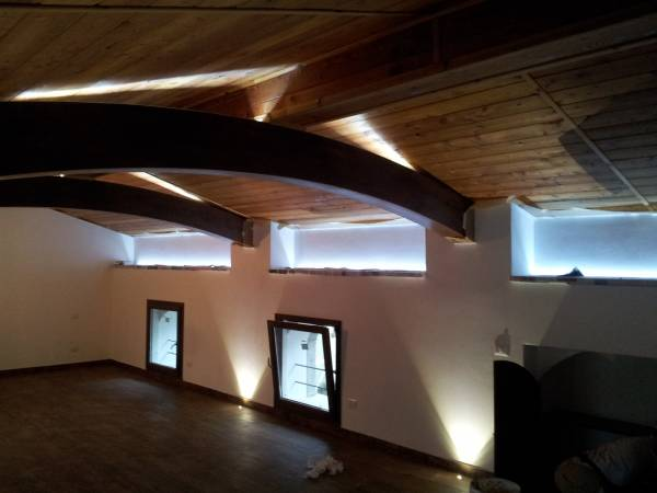 Illuminazione mansarda casa di montagna for Illuminazione sottotetto legno